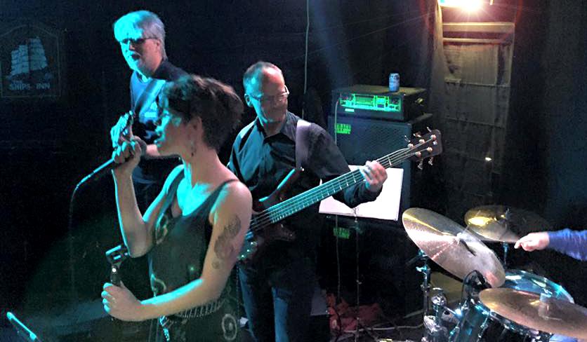 Arild Eriksen, Sofie Almåsvold og John Arne Paulsen på YesYes Pub.